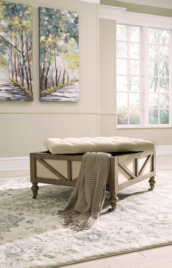 Τραπέζι σαλονιού– μπαούλο Kyleman, της Ashley. Με έναν ευρύχωρο αποθηκευτικό χώρο, μαξιλαρωτή ταπετσαρία και απαλά κυλιόμενους τροχίσκους.