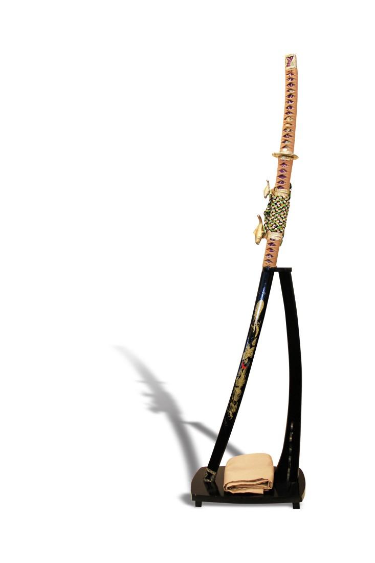 Διακοσμητικό σετ σπαθί Σαμουράι Ιαπωνίας με ξύλινη λακαριστή μαύρη βάση.