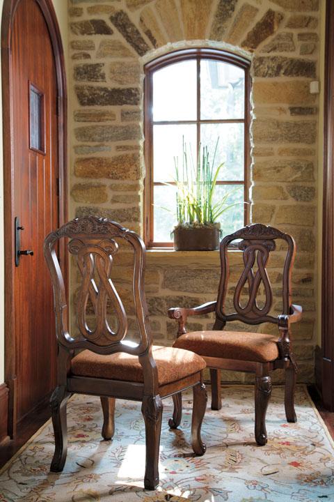 Ξύλινη πολυθρόνα τραπεζαρίας North Shore, από την Ashley®, με «βασιλική» άνεση, ωραία σκαλίσματα και πολύ άνετο μαξιλάρι στο κάθισμα.