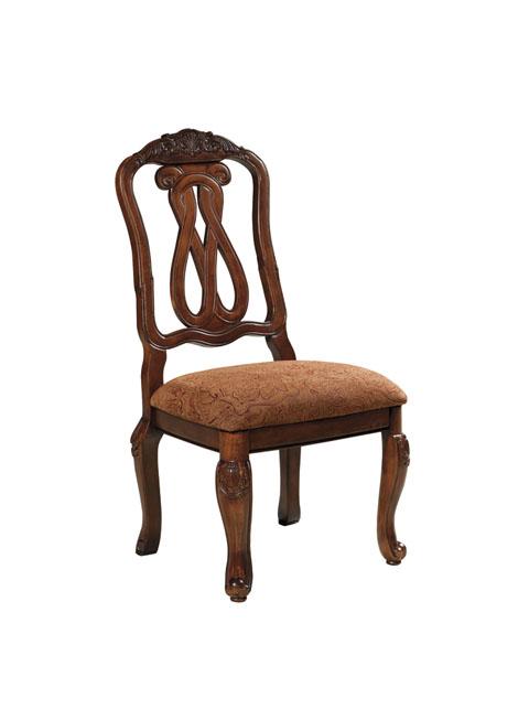 Ξύλινη καρέκλα τραπεζαρίας North Shore, από την Ashley®, με «βασιλική» άνεση, ωραία σκαλίσματα και πολύ άνετο μαξιλάρι στο κάθισμα.
