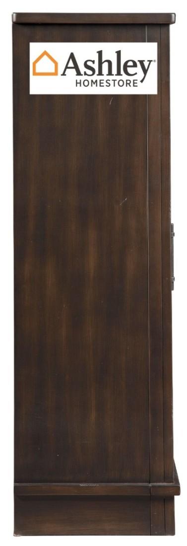 """Ξύλινη βιτρίνα Bronfield της Ashley, με καφέ φινίρισμα και συρόμενη """"πόρτα του αχυρώνα"""".. Διαθέτει τέσσερα ρυθμιζόμενα ράφια."""