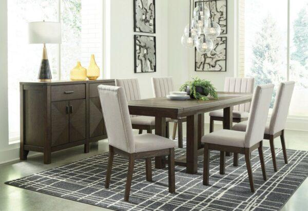Ορθογώνιο επεκτεινόμενο τραπέζι Dellbeck, της Ashley, σε σκούρο καφέ χρώμα και καρέκλες με ταπετσαρία εμπρός και πίσω στην πλάτη.