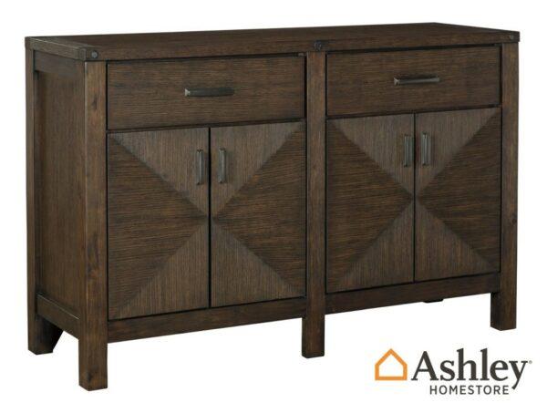 Μπουφές Dellbeck, της Ashley έχει σκούρο καφέ χρώμα με γεωμετρικά ένθετα και διαθέτει δύο ντουλάπια και δύο συρτάρια με μηχανισμό.