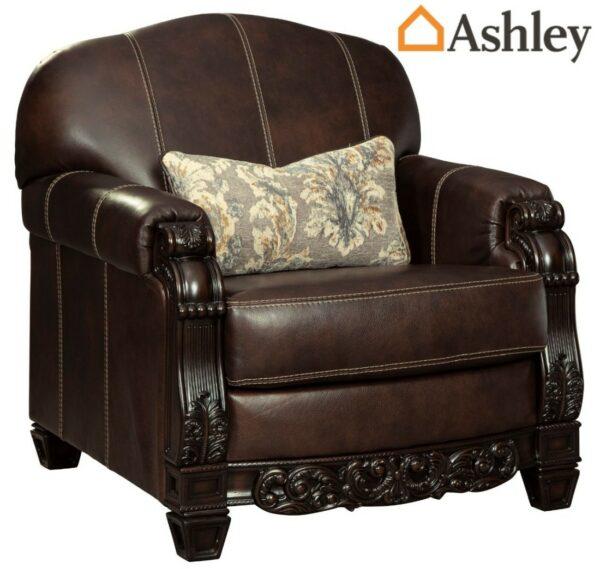 Πολυθρόνα Embrook της Ashley® από ξύλο και γνήσιο δέρμα. Με περίτεχνο σκάλισμα, αποσπώμενο μαξιλάρι καθίσματος και απαλό διακοσμητικά μαξιλάρι.