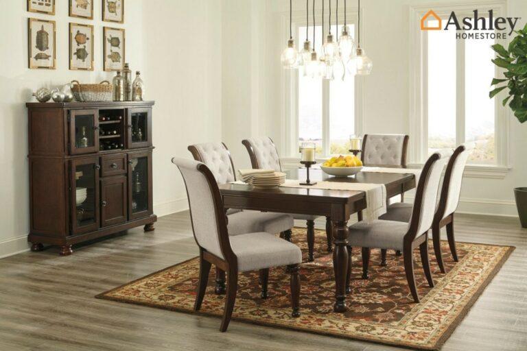 Τραπεζαρία Porter, από την Ashley®. Υπέροχα κομψή και πολύ διακριτική, με επεκτεινόμενο τραπέζι και καρέκλες με κεκλιμένη πλάτη.