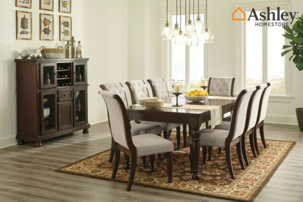 Καρέκλα τραπεζαρίας της σειράς Porter, από την Ashley®. Κομψή και λιτή, διαθέτει σχεδίαση με κεκλιμένη πλάτη, επενδεδυμένη με ταπετσαρία.