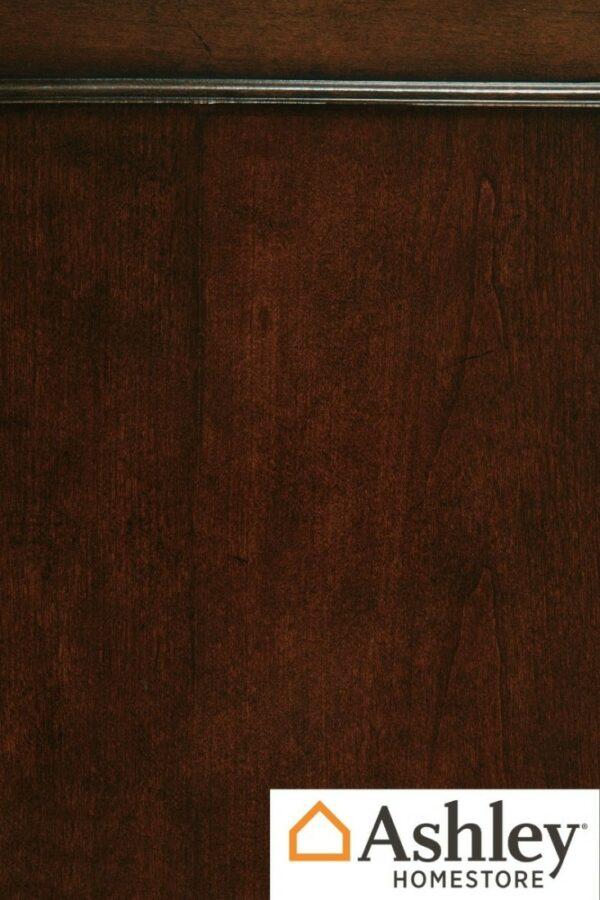 Μπουφές της σειράς Porter, της Ashley®. Διαθέτει γυάλινες πόρτες, σχέδιο αντίκας και κλασικά πόδια.