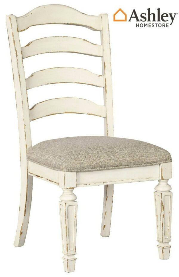Καρέκλα τραπεζαρίας Realyn της Ashley, με στρογγυλεμένες σανίδες στην πλάτη, αφράτο μαξιλάρι καθίσματος και λευκό φινίρισμα παλαιωμένου επίπλου.