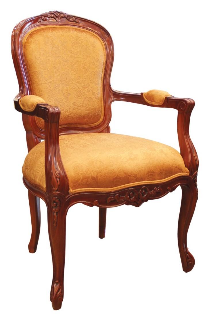 Ξύλινη πολυθρόνα, με εμφανή σκελετό και διακριτή μαξιλαρωτή πλάτη και κάθισμα, που καλύπτονται από χρυσαφί ταπετσαρία.