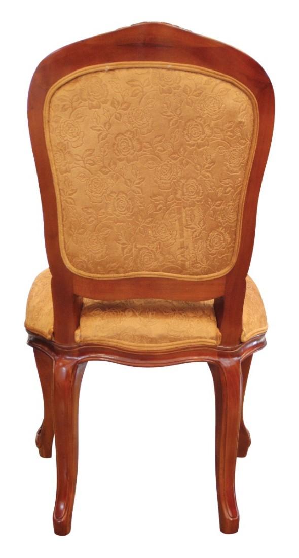 Ξύλινη καρέκλα, με εμφανή σκελετό και διακριτή μαξιλαρωτή πλάτη και κάθισμα, που καλύπτονται από χρυσαφί ταπετσαρία.