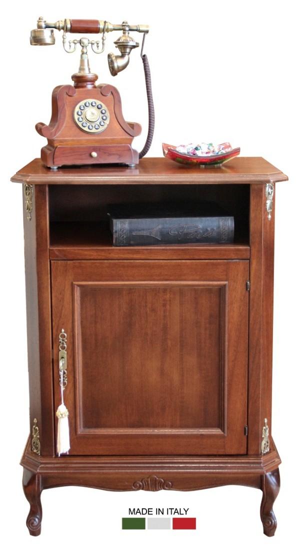Κλασικό ιταλικό ξύλινο κομοδίνο, με ένα ντουλάπι και μία θήκη. Έχει μπρούτζινα χερούλια και στολίσματα και τέσσερα εμφανή πόδια.