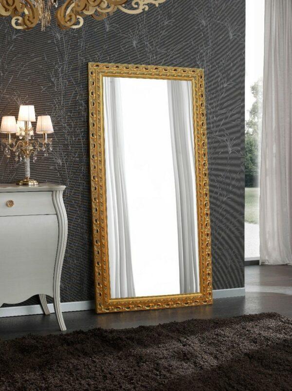 Ένας μεγάλος ιταλικός ορθογώνιος καθρέπτης, με φαρδιά ανάγλυφη φλοράλ κορνίζα, σε χρώμα χρυσό.