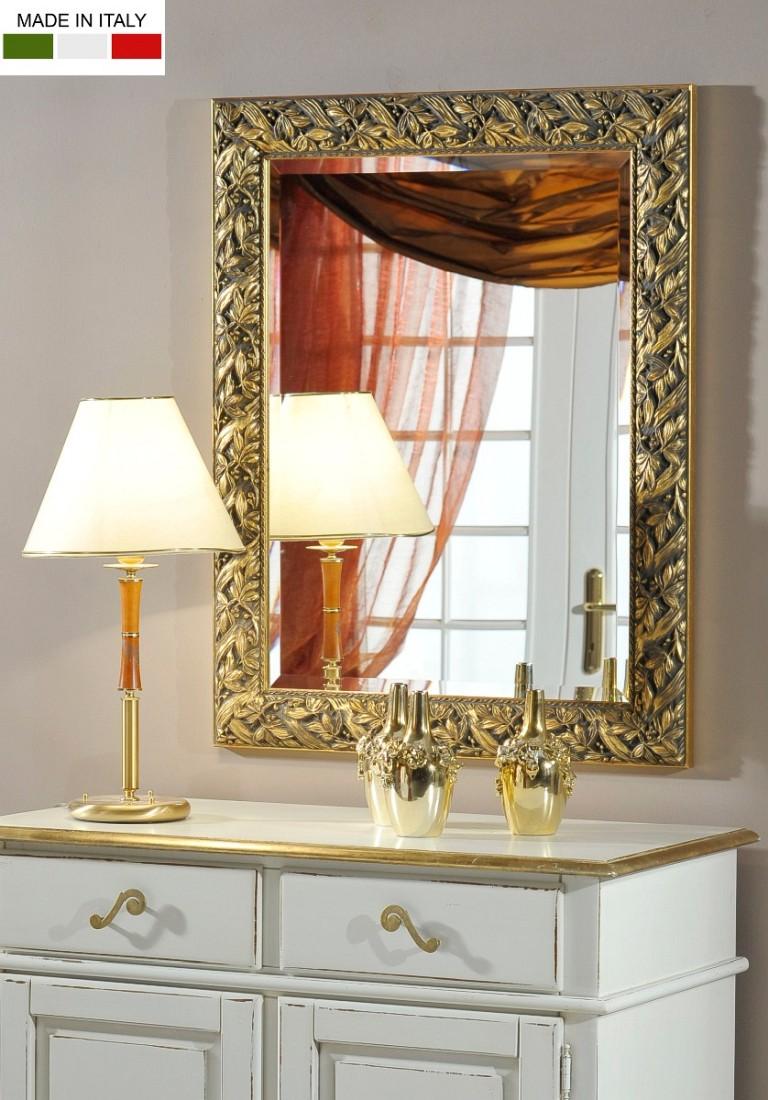 Επιτοίχιος ορθογώνιος ιταλικός καθρέπτης, με φαρδιά κορνίζα, σε χρώμα χρυσού και φλοράλ μοτίβο.