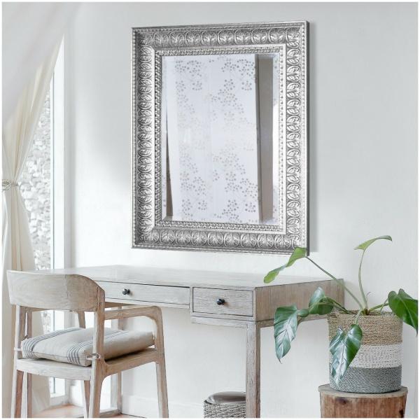 Επιτοίχιος ορθογώνιος ιταλικός καθρέπτης, με φαρδιά ανάγλυφη κορνίζα, σε χρώμα ασημένιο.