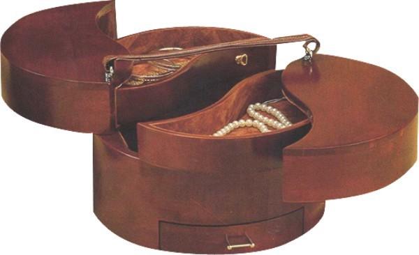 Μπιζουτιέρα ξύλινη στρογγυλή, με δερμάτινο χεράκι.Λειτουργεί σε 2 επίπεδα και έχει 1 συρταράκι.
