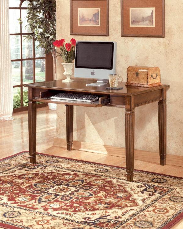 Γραφείο Hamlyn της Ashley, με σκαλιστά πόδια και πτυσσόμενο εμπρόσθιο κάλυμμα, που κρύβει ένα συρτάρι πληκτρολογίου.