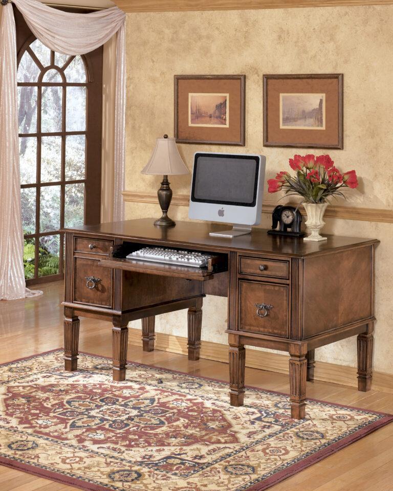 Γραφείο Hamlyn, της Ashley. Διαθέτει ένα πτυσσόμενο συρτάρι, δύο συρτάρια και δύο ντουλάπια με μπρούτζινα χερούλια.