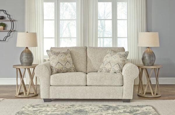Ευρύχωρος διθέσιος καναπές σαλονιού Haisley της Ashley, με παχιά μαξιλάρια και ταπετσαρία από χοντρό ύφασμα σε χρώμα ελεφαντοστού.