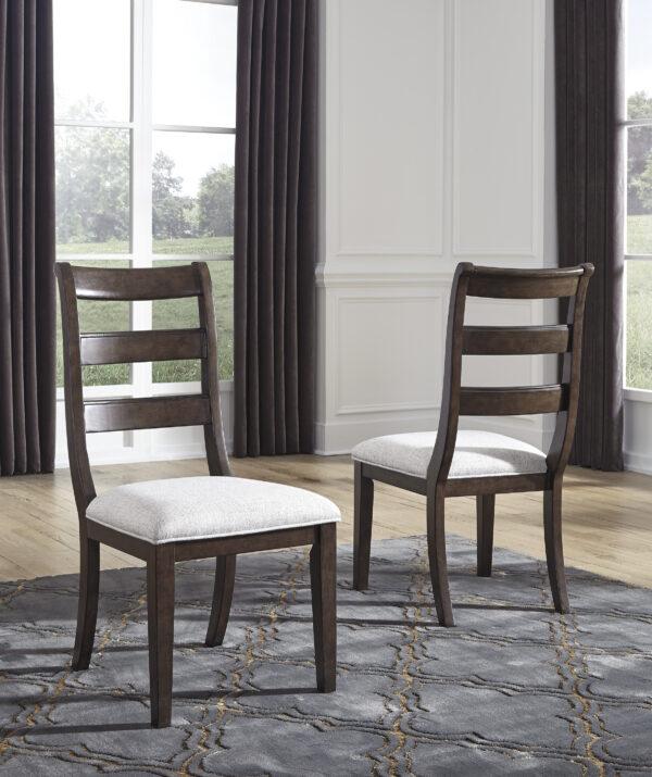 Ξύλινη καρέκλα της σειράς Adinton, από την Ashley, με ξύλινη ανατομική πλάτη και αφράτο μαξιλαρωτό κάθισμα.