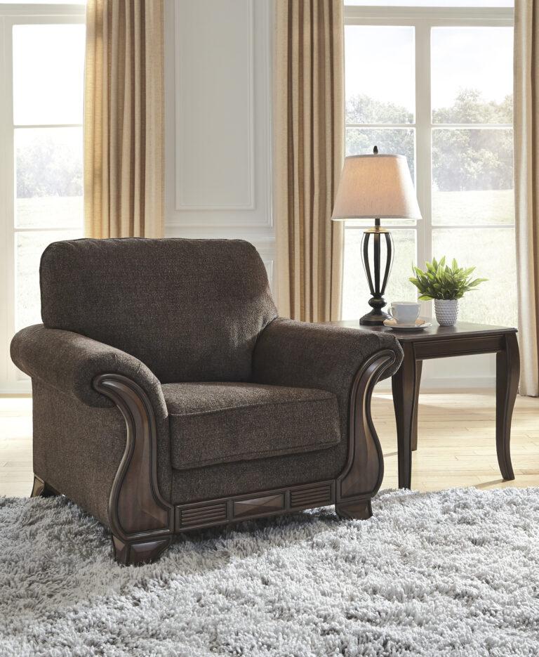Πολυθρόνα σαλονιού Miltonwood της Ashley με εμφανή τμήματα ξύλινου σκελετού και παχιά μαξιλάρια με ταπετσαρία σε χρώμα καφέ βελανιδιάς.