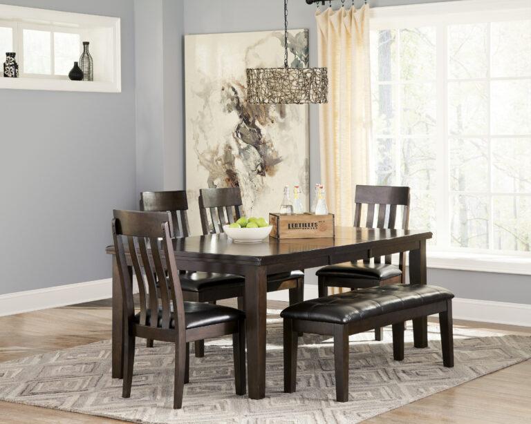 Τραπεζαρία Haddigan, από την Ashley, επεκτεινόμενη και με έξι καρέκλες με φαρδιά ξύλινη πλάτη και ανθεκτικό μαξιλαρωτό κάθισμα.
