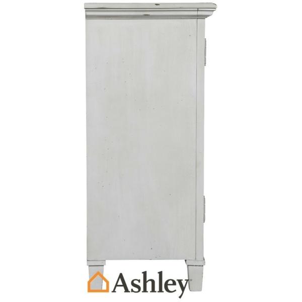 Μπουφές Mirimyn, της Ashley, με παλαιωμένο λευκό φινίρισμα και περίκομψες φιλιγκράν πόρτες με καθρέφτες, στα δύο ντουλάπια του.