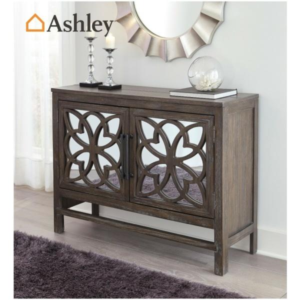 Μπουφές Alvaton της Ashley, με διπλό ντουλάπι και δύο ρυθμιζόμενα ράφια. Οι πόρτες έχουν καθρέφτες και ένα τέλειο γεωμετρικό σχέδιο.