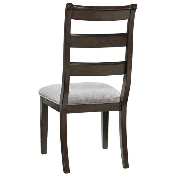 Τραπεζαρία 7 τμχ. Adinton της Ashley με οβάλ τραπέζι και έξι καρέκλες με τρία οριζόντια κοίλα ξύλα στην πλάτη και μαξιλαρωτό κάθισμα.
