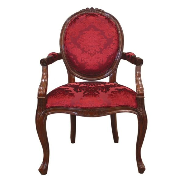 Πολυθρόνα με διακριτή οβάλ πλάτη, εμφανή ερεισίχειρα, σκάλισμα στον ξύλινο σκελετό και μπορντό βελούδινη ταπετσαρία με σχέδια.