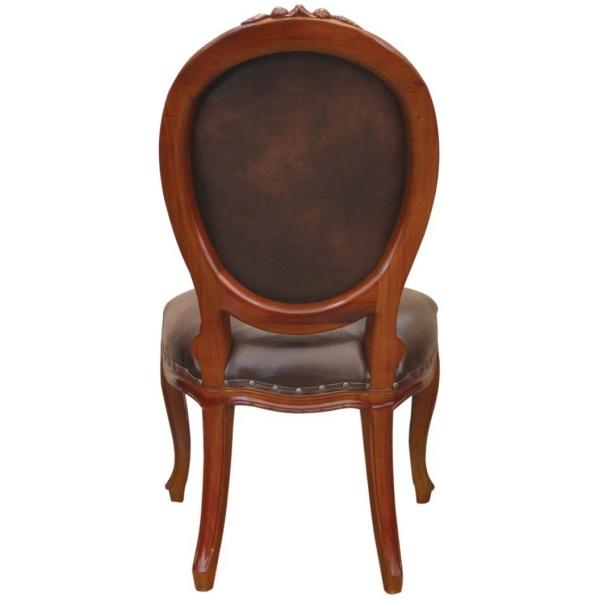 Καρέκλα με διακριτή οβάλ πλάτη, σκάλισμα στον ξύλινο σκελετό και όμορφη ταπετσαρία, σε σκούρο καφέ τεχνόδερμα.