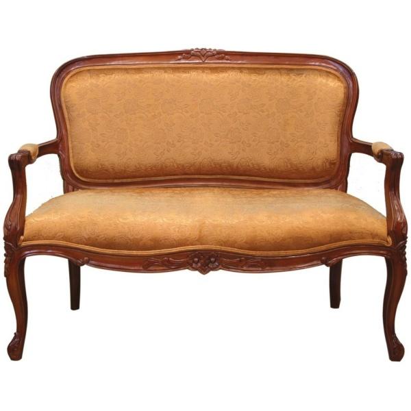 Καναπές διθέσιος με ξύλινο σκαλιστό σκελετό, διακριτή πλάτη και εμφανή ερεισίχειρα, που καλύπτεται από χρυσαφί στόφα, με λουλουδάτο μοτίβο.
