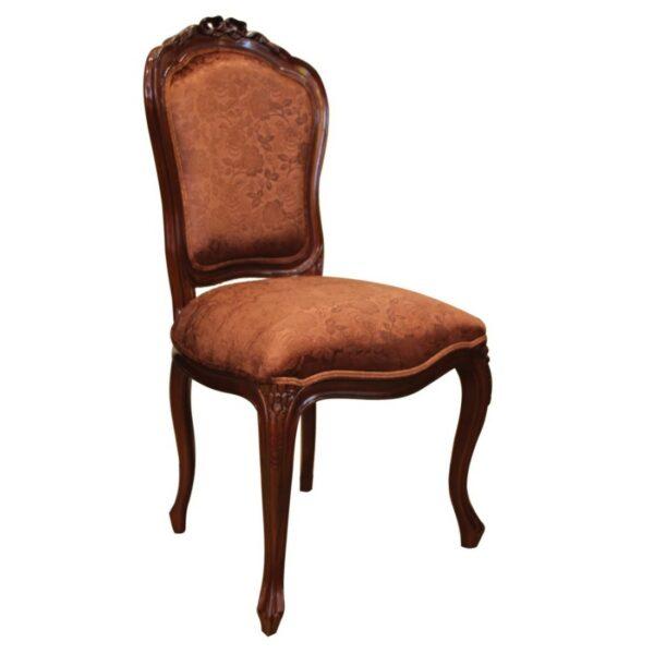 Καρέκλα κλασική, με μαξιλαρωτή διακριτή πλάτη και κάθισμα, που έχουν επένδυση από σκούρα χρυσαφί στόφα, με λουλουδάτο μοτίβο.