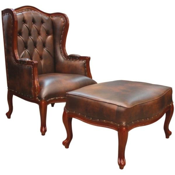 Πολυθρόνα μπερζέρα, με ξύλινο σκαλιστό σκελετό, καπιτονέ υψηλή πλάτη και αφράτο μαξιλάρι καθίσματος, σε σκούρο καφέ χρώμα.