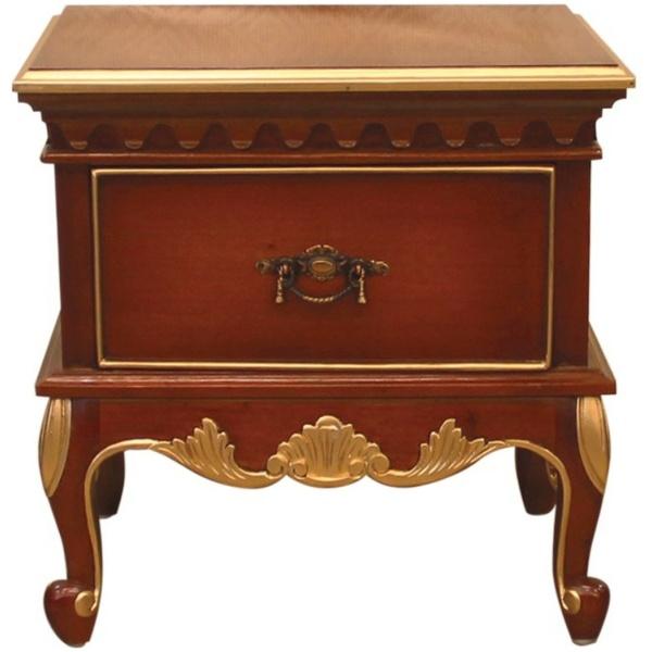Κομοδίνο Louis XV, με καμπυλωτά πόδια, λιτό σκάλισμα και διακόσμηση σε χρυσό χρώμα. Έχει ένα ντουλάπι με μπρούτζινο χερούλι.