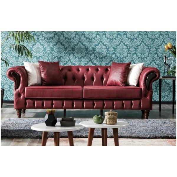 Καναπές τριθέσιος, με τύπου Chesterfield πλάτη και μαλακά ερεισίχειρα. Είναι καλυμμένος με μπορντό ύφασμα σε υφή δέρματος.