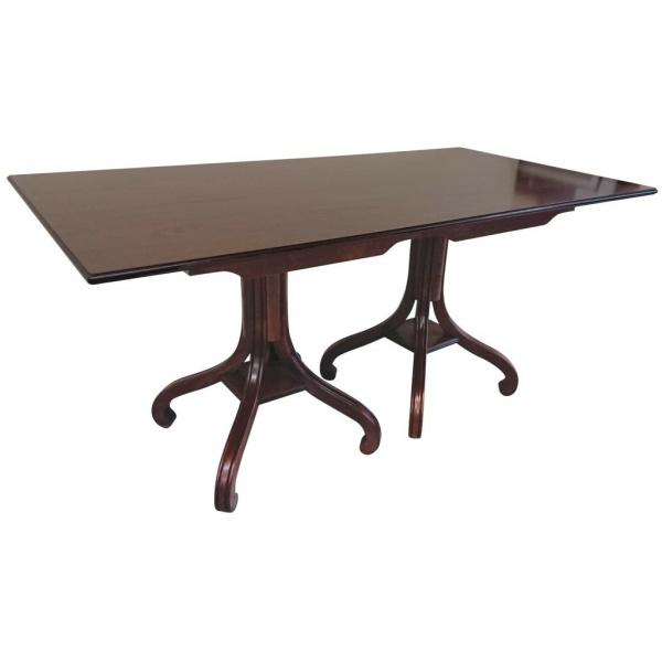Ξύλινο ορθογώνιο τραπέζι, τραπεζαρίας, με δύο βάσεις στήριξης, με έναν κάθετο άξονα, που καταλήγει σε τέσσερα κυρτά πόδια.