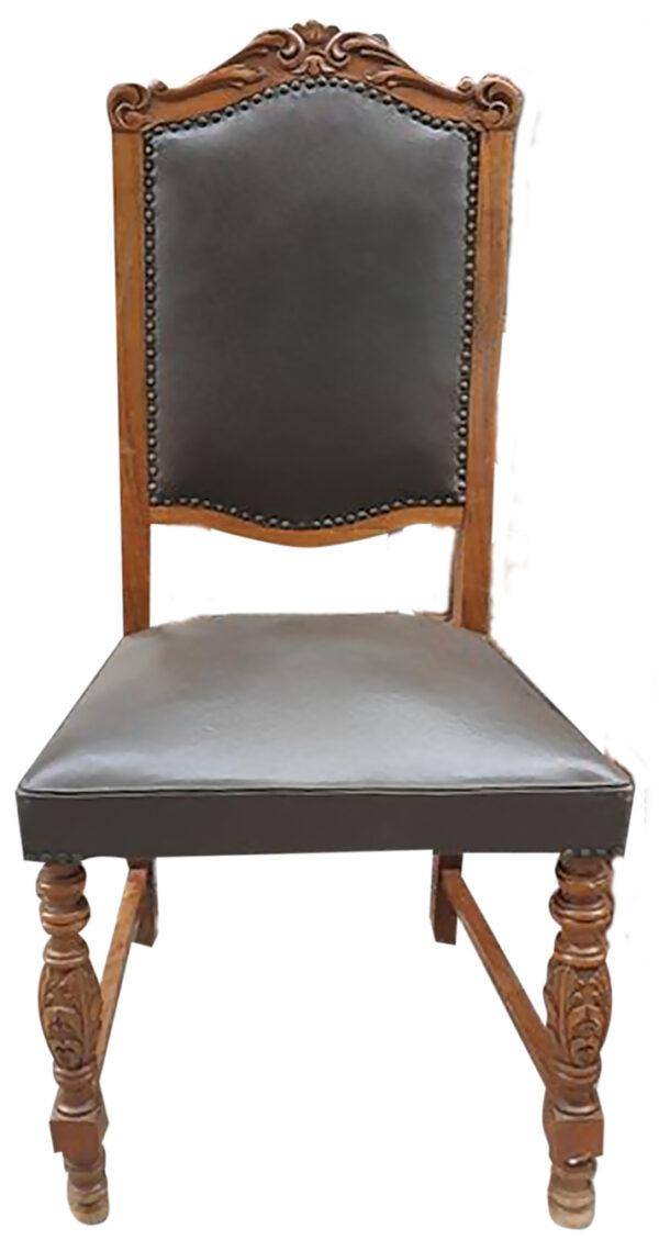 Vintage καρέκλα τραπεζαρίας, με ξύλινο σκελετό σε ανοικτή απόχρωση και αφράτο κάθισμα και πλάτη. Διαθέτει διακριτικό σκάλισμα στον ξύλινο σκελετό της.