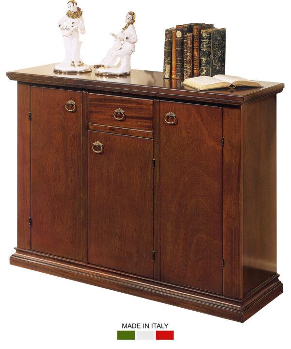 Μπουφές ιταλικός, με τρία ντουλάπια και ένα συρτάρι. Χωρίς σκαλίσματα, διακρίνεται για τα όμορφα μπρούτζινα χερούλια και το τέλειο φινίρισμά του.